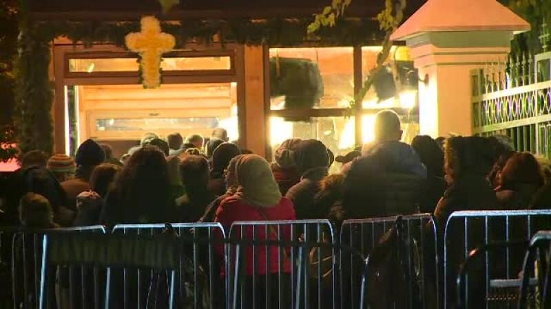 Bucuresti, capitala moastelor: Patriarhia a adus 5 sfinti. Conflict intre pelerini din cauza lui Arsenie Boca
