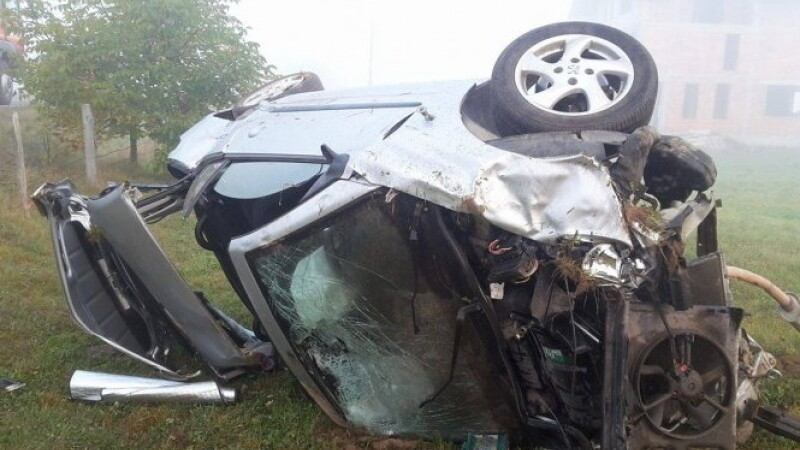 Patru tineri grav raniti dupa ce s-au rasturnat cu masina pe un camp, in Maramures. Cauza accidentului. VIDEO