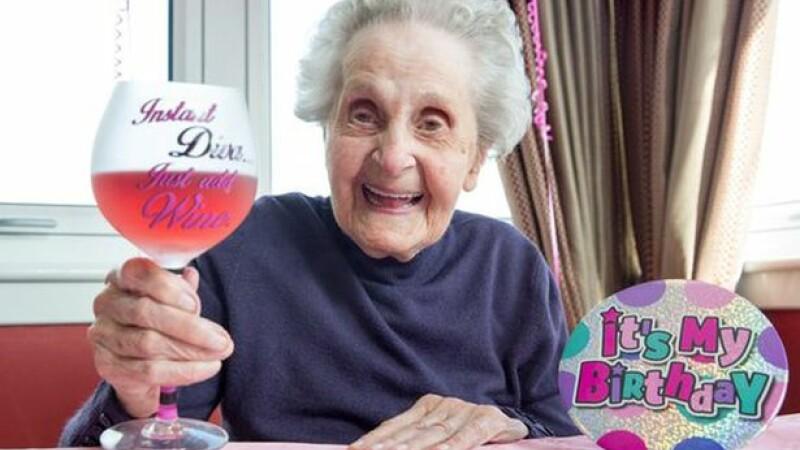A ajuns la 102 ani, desi fumeaza cate 20 de tigari pe zi de 75 de ani. Care este cel de-al doilea viciu al femeii