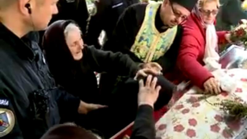 femeie la racla Sfintei Parascheva