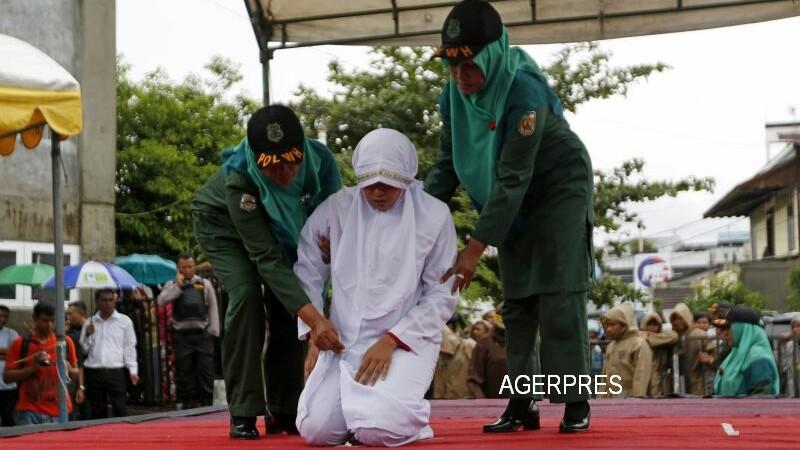 O musulmanca din Indonezia a incalcat legea Sharia si a fost asupru pedepsita. Motivul bizar pentru care a fost biciuita