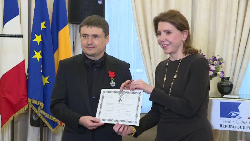 Cristian Mungiu, decorat cu însemnele de Cavaler al Ordinului Naţional de către ambasadoarea Franţei la Bucureşti
