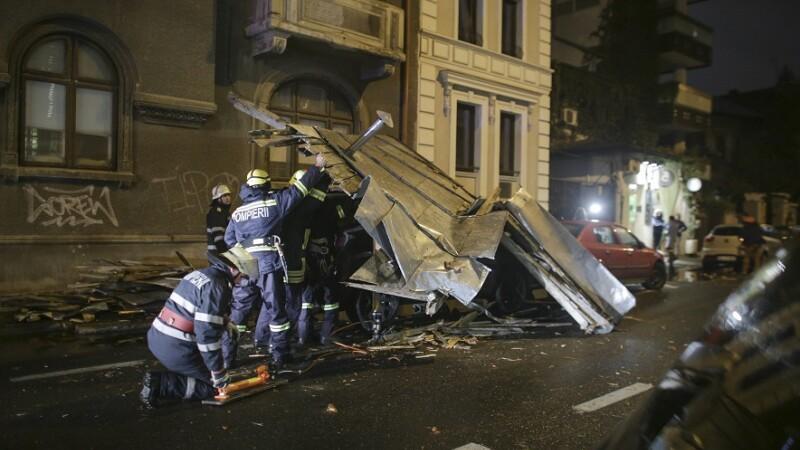 Pompieri intervin pentru indepartarea unui acoperis cazut pe carosabil, in Bucuresti,