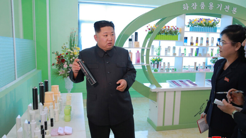 Kim Jong Un, apariție rară alături de soția lui la o fabrică de cosmetice. Pozele au stârnit amuzament