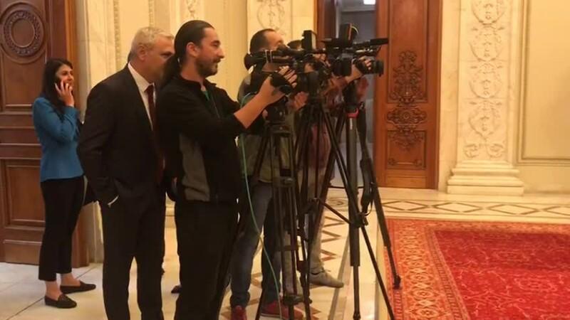 Ce făcea Dragnea în spatele unor jurnaliști. Comportament bizar al liderului PSD