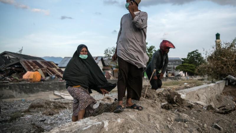 O femeie din Indonezia nu-și poate aminti numele tuturor rudelor moarte după tsunami. Noul bilanț: 1.558
