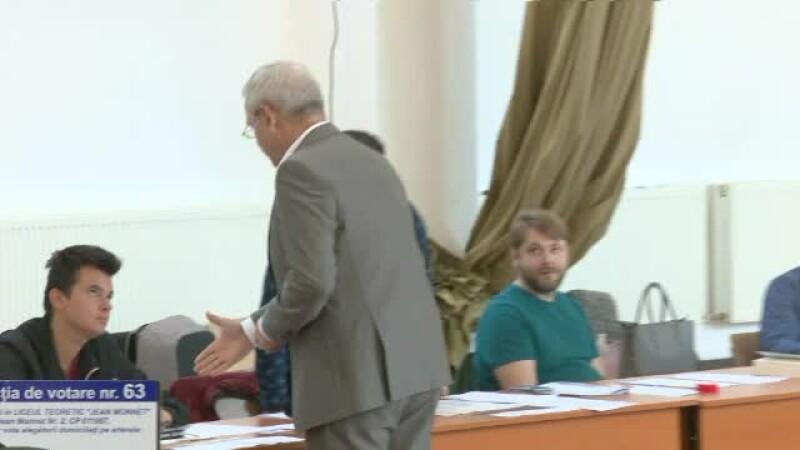 Un membru al secției de votare a refuzat să dea mâna cu Dragnea. Reacția șefului PSD