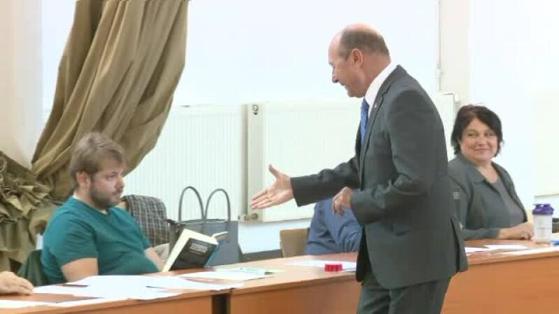 Un membru al secției de vot a refuzat să dea mâna cu Băsescu și Dragnea. Le-a făcut un semn discret