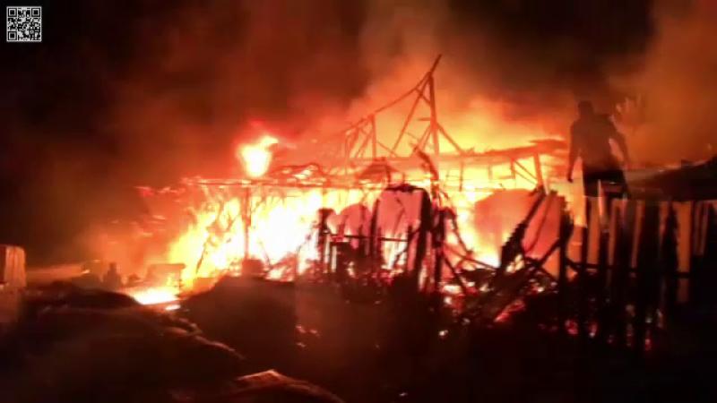 Incendiu la un depozit de construcții din Neamț. Flăcările, lichidate în 3 ore
