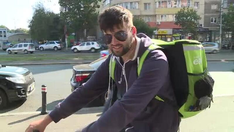 Cât ajunge să câștige lunar un curier de mâncare pe bicicletă. Rapiditatea le aduce bacșișuri mari