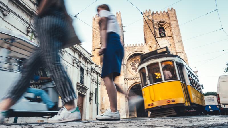 Un bărbat a cerut-o în căsătorie pe femeia care l-a împins în fața tramvaiului. Răspunsul primit