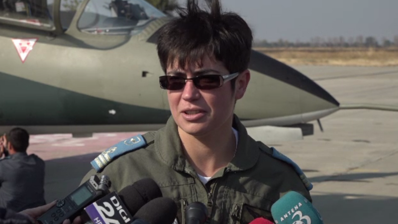 Prima femeie pilot din Forţele Aeriene Române instructor pe avion echipat cu motor cu reacţie