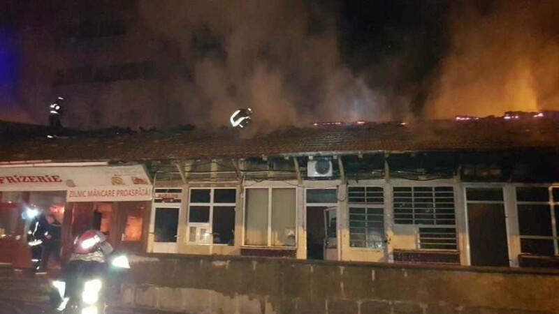 Incendiu la o hală din zona Piaţa Veche din Craiova. Suprafața uriasă cuprinsă de flăcări. VIDEO