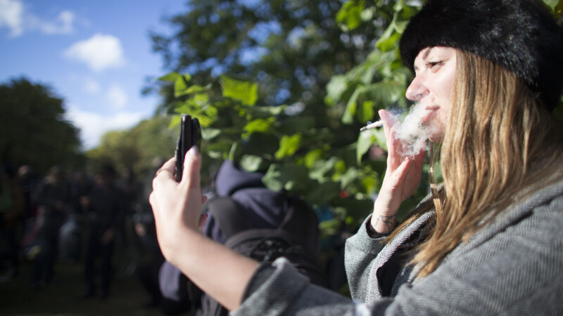 Canada rămâne fără marijuana la două zile după legalizarea ei. Reacția unei femei care a fumat pentru prima dată