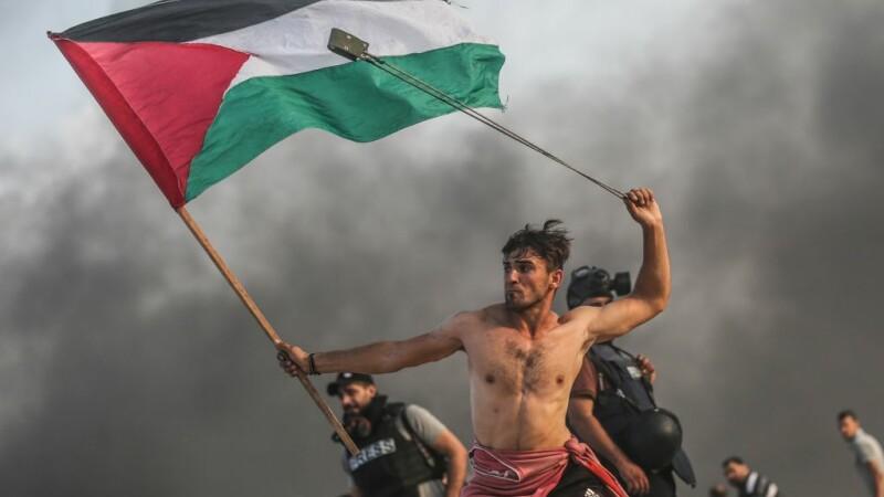 Protestatar palestinian, surprins într-o ipostază ce amintește de o pictură din 1830
