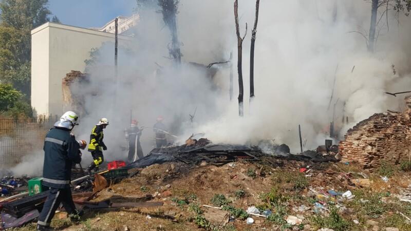 Incendiu în apropiere de Piața Constituției. S-a intervenit cu 3 autospeciale