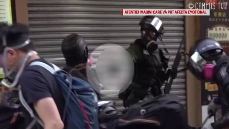 Scene violente la Hong Kong. Video cu momentul în care un tânăr e împușcat