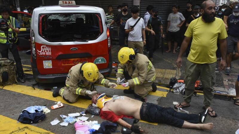 Un taximetrist a intrat cu mașina în manifestanții din Hong Kong - 3