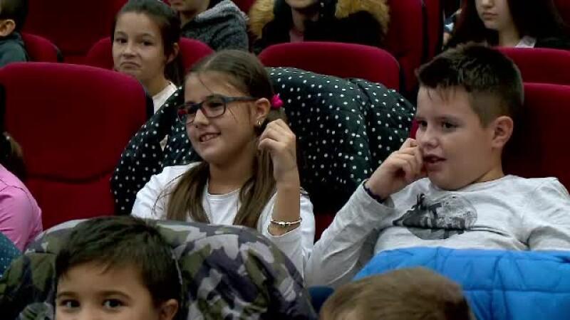 Actori din Constanța, îndrumați de psihologi, ajută copiii cu părinții plecați în străinătate