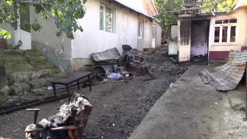 Supărat că l-a părăsit soția, un bărbat din Neamț a dat foc casei. De ce se tem vecinii