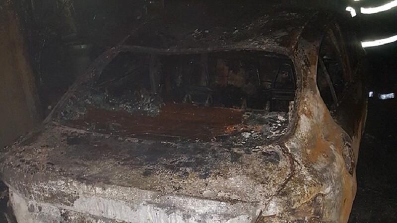 O mașină a luat foc și a explodat în timp ce livra pizza