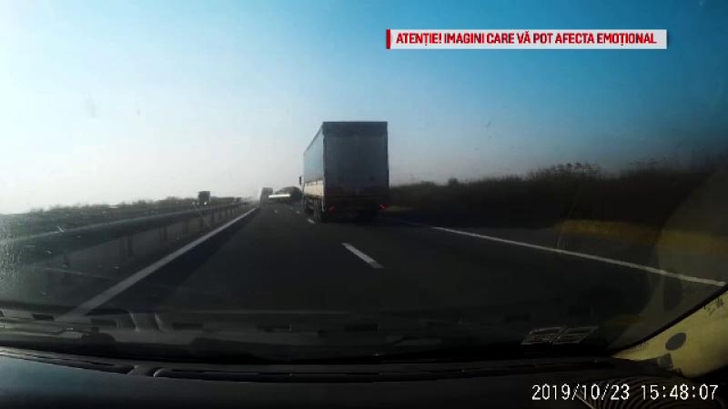 """Momentul în care un microbuz pierde controlul pe autostradă. """"A început să se clatine"""""""