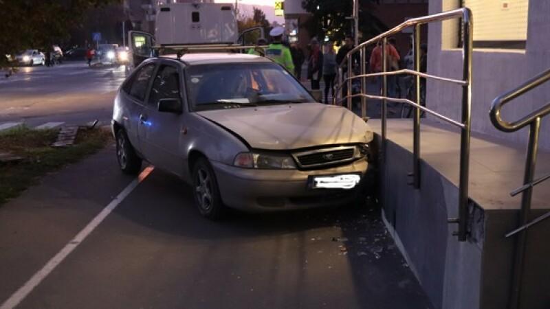 Motivul teribil pentru care un șofer a intrat cu mașina într-o bancă în Miercurea Ciuc