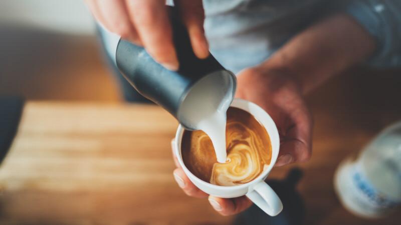 A adăugat acest ingredient în cafea şi a slăbit 6 kilograme. Experiment inedit!