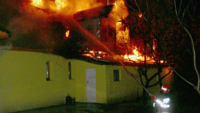 Un incendiu devastator a mistuit o gospodarie din Prahova