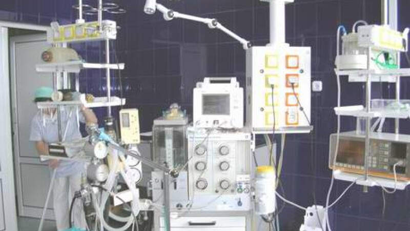 Operatie dificila pentru medicii ieseni: au replantat bratul unei fete!