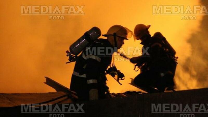 Brasov: doua magazii au ars, dupa ce au fost lovite de trasnet
