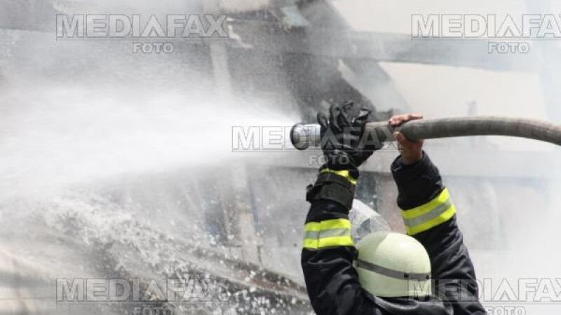 Explozie urmata de incendiu intr-o gospodarie din Ploiesti