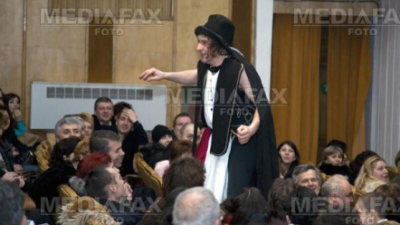 Claudiu Bleont joaca pe scena teatrului George Ciprian