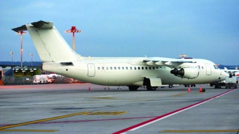 Angajatii unei companii aeriene fac greva chiar pe pista aeroportului