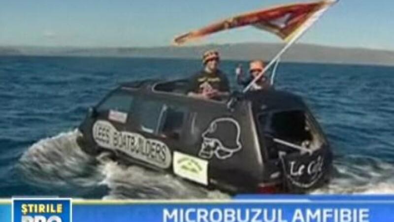 Doi neo-zeelandezi au traversat stramtoarea Cook cu un microbuz!