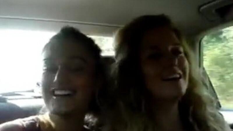 Doi dintre tinerii care s-au filmat in timp ce circulau pe contrasens