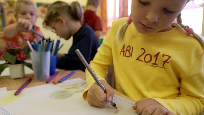 copil deseneaza