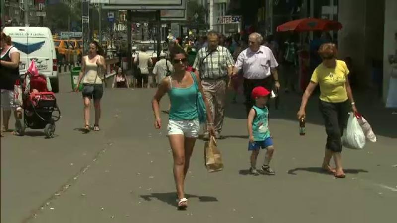 oameni pe trotuar