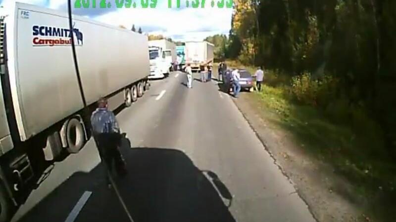 Mostra de colegialitate. Cum ii pun la punct camionagiii rusi pe cei care vor sa ii jefuiasca. VIDEO