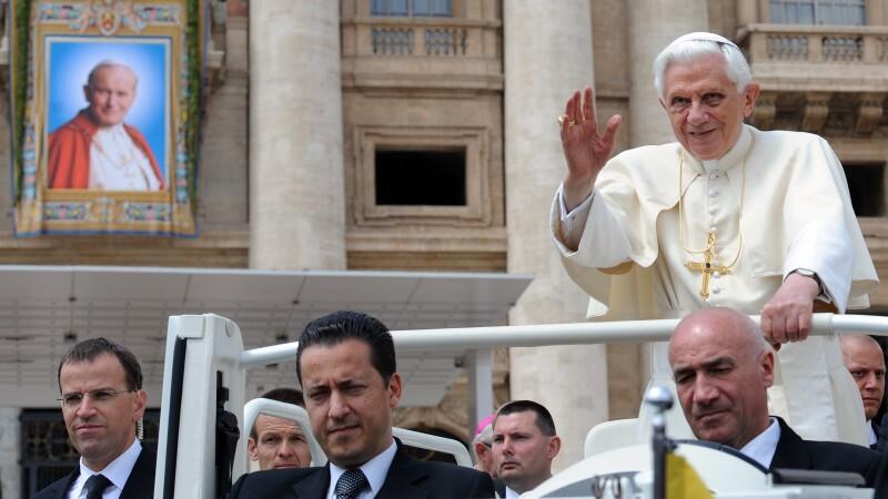 Paolo Gabriele (centru) si Papa Benedict al XVI-lea