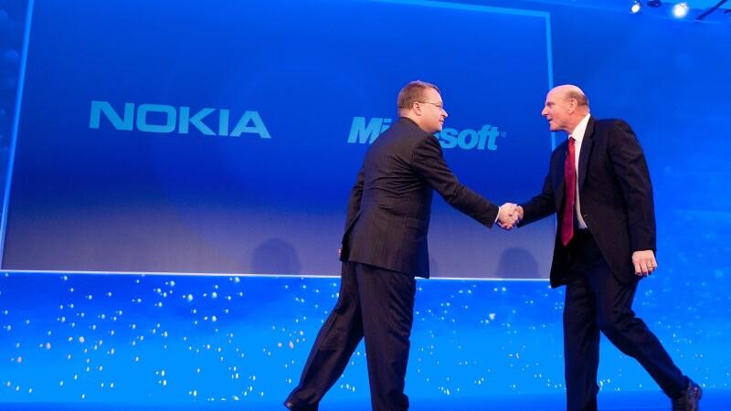 Directorul executiv al Nokia, Stephen Elop (S) si Microsoft CEO Steve Ballmer (D)