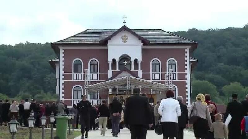 Cum arata noua episcopie din Salaj, de peste 1 MILION de euro. Are candelabre de cristal si crama