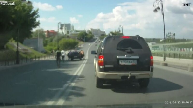 Au alergat dupa o masina care a luat-o la vale, pe contrasens. Cum s-a sfarsit aventura. VIDEO
