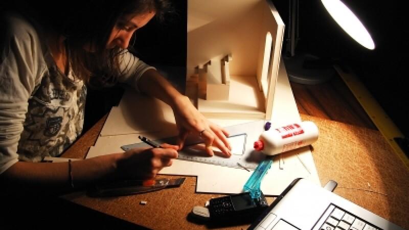 studenta invata noaptea