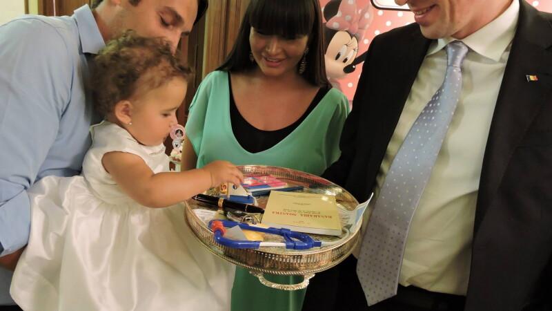 Sofia Anais, nepoata presedintelui Basescu, a implinit un an. Ce a ales, potrivit traditiei, de pe tava cu mai multe obiecte