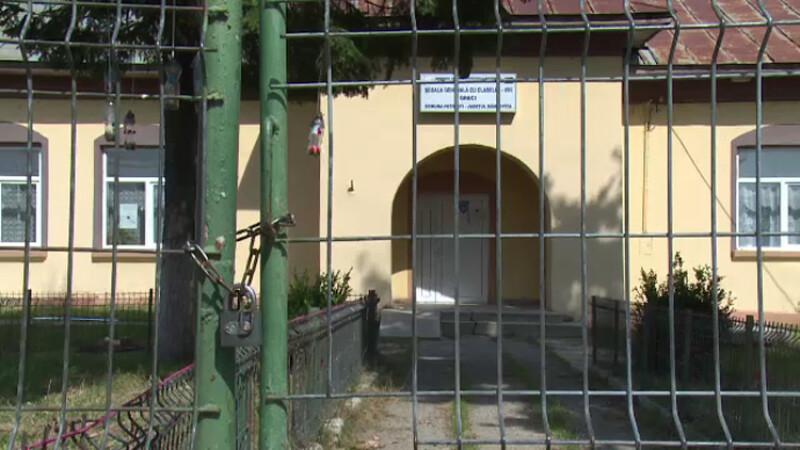scoala cu lacat pe usa