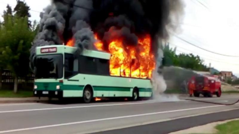 Un autobuz plin cu pasageri a luat foc in mers. Flacarile au inghitit vehiculul, iar calatorii au fost evacuati de urgenta