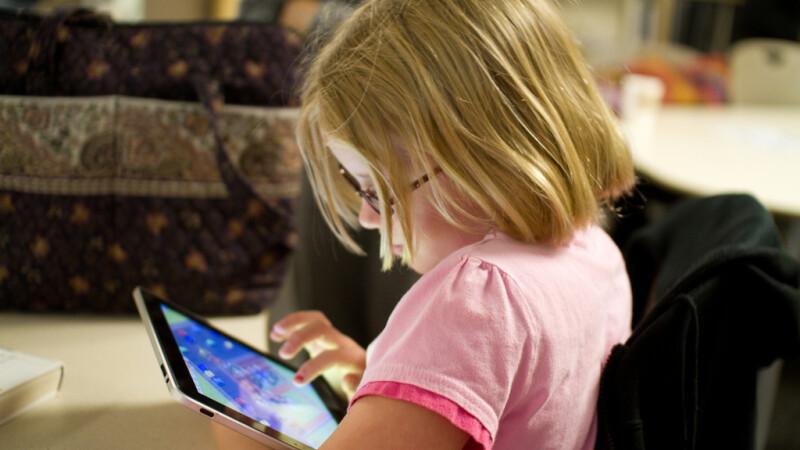 copil cu o tableta in mana