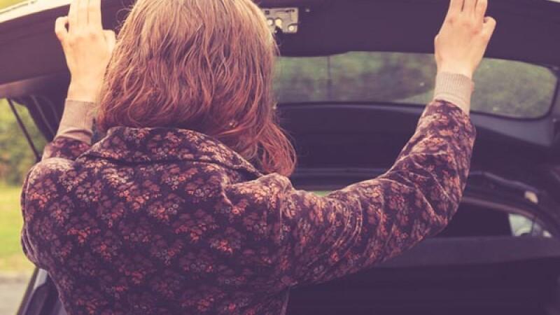 Doua femei au trait spaima vietii lor. Ce au gasit in portbagajul unei masini inchiriate. FOTO