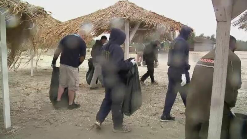 Soldatii americani au facut curatenie pe plajele romanesti. Cati saci au strans 100 de soldati in numai cateva ore